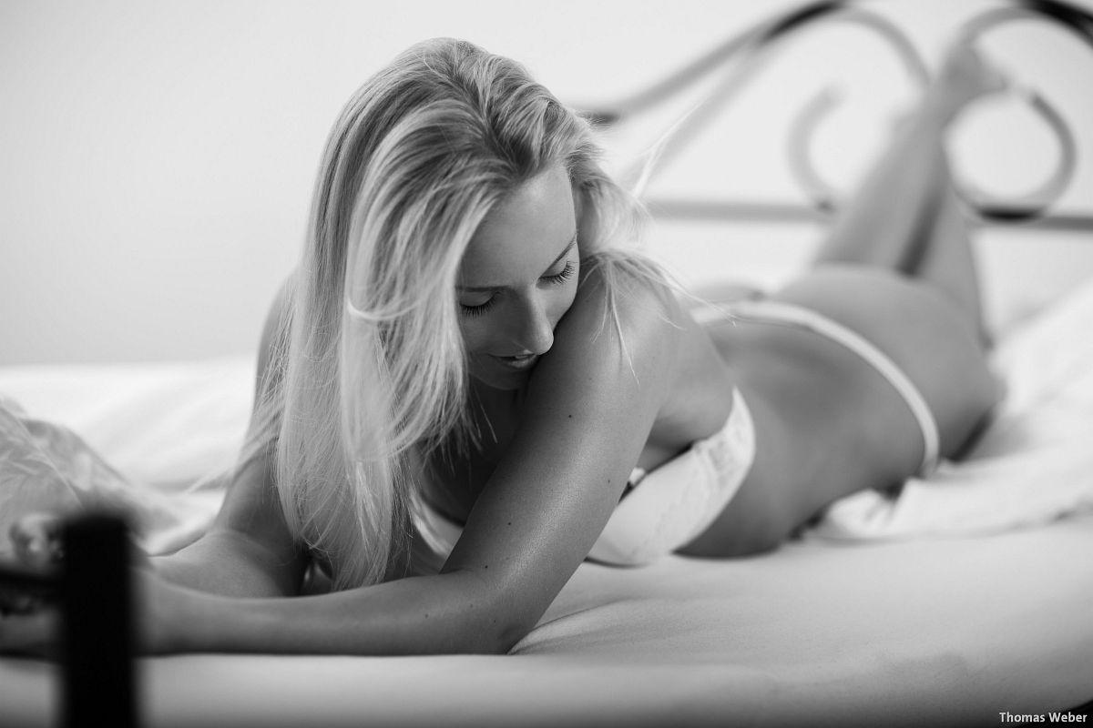 Fotograf Thomas Weber aus Oldenburg: Erotische Bettfotos im Fotostudio Oldenburg (1)