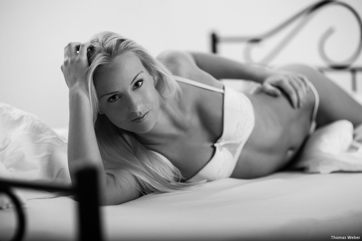 Fotograf Thomas Weber aus Oldenburg: Erotische Bettfotos im Fotostudio Oldenburg (2)