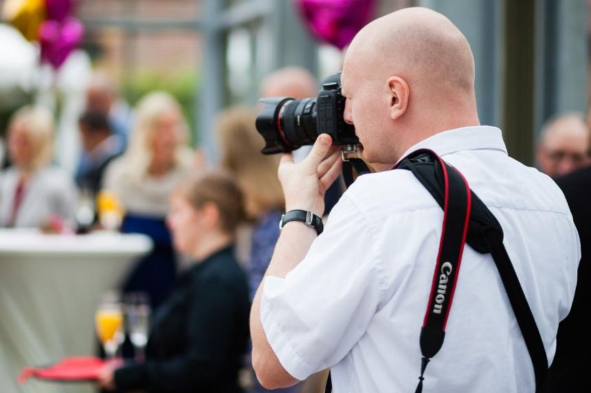 Fotograf Thomas Weber bei der Arbeit, Foto: Sergej Wismann