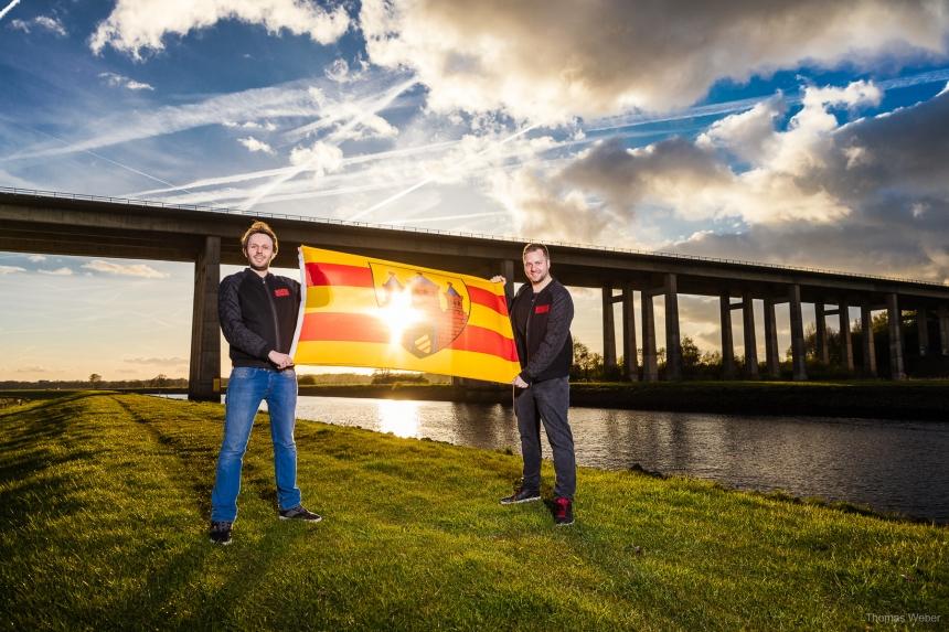 Die DJs Housedetroyer mit der Flagge von Oldenburg vor der Huntebrücke, Fotograf Thomas Weber
